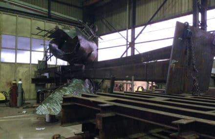Montage de la sculpture Chaos en cours de réalisation à Liège