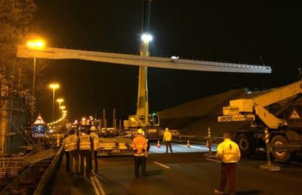 Pose de la deuxième travée du pont d'accès au nouvel hôpital MontLégia à Liège