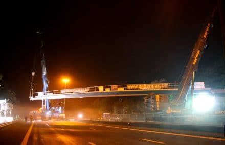 The cycle bridge Parkbos has been placed above the motorway E40 in Ghent on Friday September 1