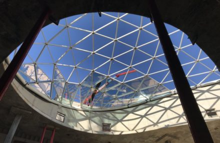 The assembly of the glass roofs of the Cloche d'or continues