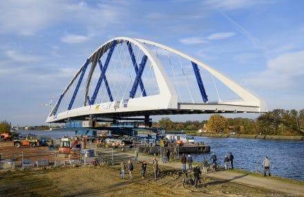 De nieuwe brug van Lummen ligt op zijn plaats